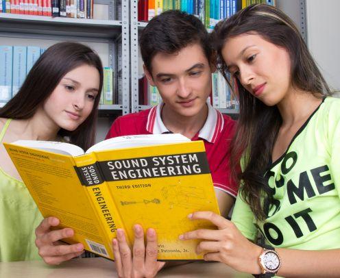 Estudiante en Biblioteca UNICATÓLICA
