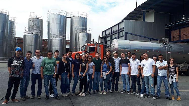 Estudiantes UNICATÓLICA en visita pedagógica a ALIVAL S.A.
