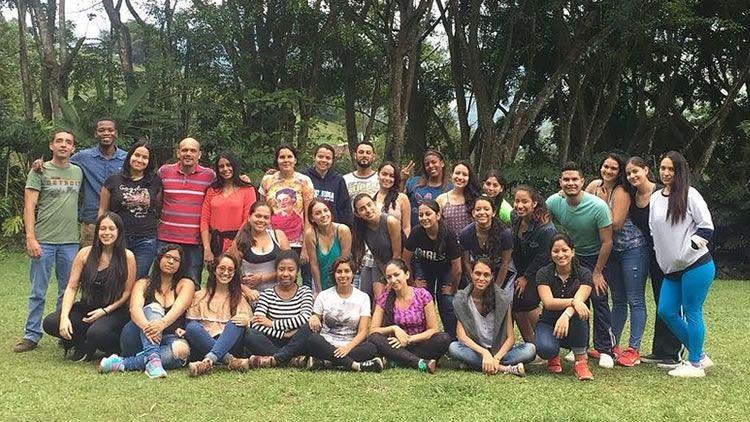 Voluntarios de UNICATÓLICA en la Escuela de Facilitadores Sociales de la UAO